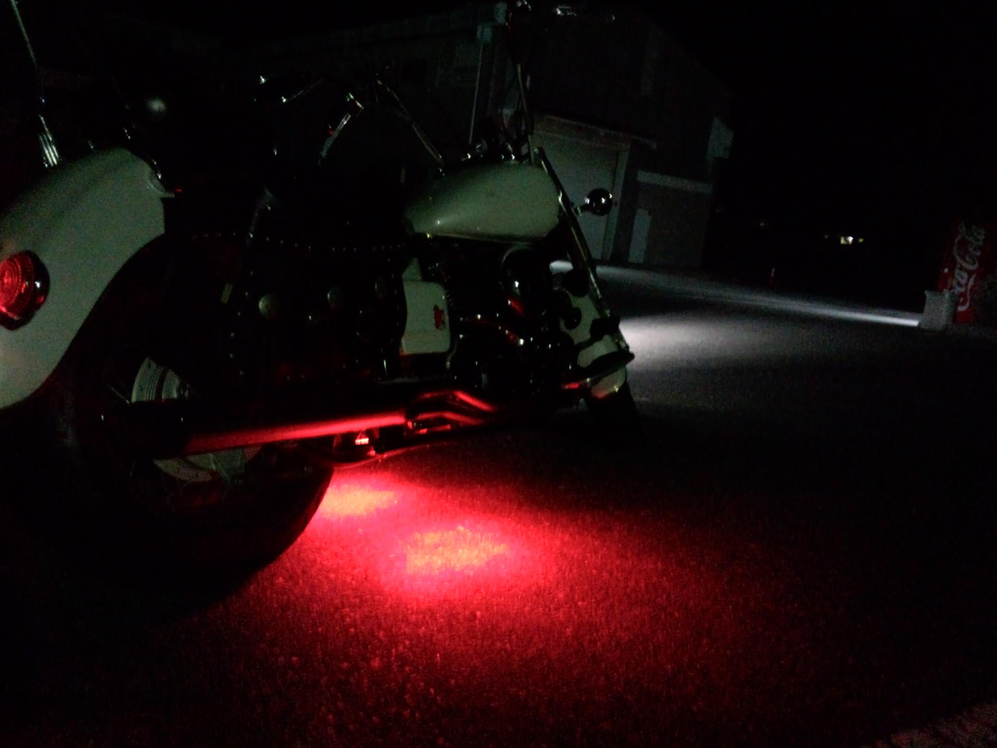 バイクにLED電飾を施すことで、一人エレクトリカルなパレード?